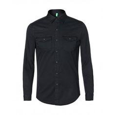 Camisa slim, de algón tratado efecto vintage. Cierre con botones a presión (corchetes), carré western, dos bolsillitos con solapa y corchetes.