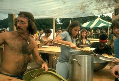 One think you had to do if you were at the 1969 music festival, Woodstock, is eat. After rolling naked in the mud, taking the brown acid, and listening to Jimi Hendrix - you're going to work up a hearty appetite. 1969 Woodstock, Festival Woodstock, Woodstock Hippies, Woodstock Music, Creedence Clearwater Revival, Joe Cocker, Janis Joplin, Grateful Dead, Jimi Hendrix
