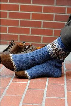 Ravelry: Border Socks pattern by Mary Jane Mucklestone - GYM workout Knitting Daily, Knitting Blogs, Knitting Patterns Free, Knit Patterns, Knitting Projects, Free Pattern, Fair Isle Knitting, Knitting Socks, Hand Knitting