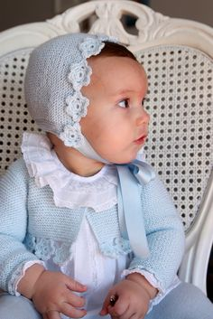 Las coletas de Marisina Baby Hats Knitting, Knitting For Kids, Baby Knitting Patterns, Knitted Hats, Little Girl Fashion, Kids Fashion, Tricot Baby, Baby Wearing, Baby Dress