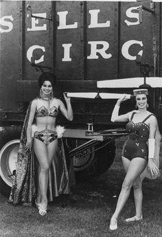 The Secret Circus Girl on the left is Carmen Del Molina Old Circus, Dark Circus, Circus Art, Night Circus, Circus Theme, Vintage Circus Photos, Vintage Circus Costume, Vintage Circus Performers, Creepy Old Photos