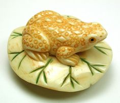 ButtonArtMuseum.com - Hand Carved Collector Button Detailed Frog on Lily Pad Realistic