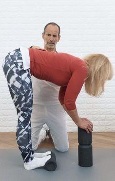 Schmerzfrei von der Hüfte bis zu den Füßen: So geht's! A woman with her toes on the Liebscher & Bracht medi-roll and bends her upper body far forward, so that the entire back of her lower body is stretched. Yoga Fitness, Fitness Workouts, Health Fitness, Muscle Fitness, Fitness Goals, Insanity Workout, Best Cardio Workout, Hiit, Health Benefits