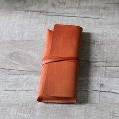 經典焦糖色澤,採用進口牛皮手作製成,從裁切、縫製,一針一線皆是採上蠟線手縫,比機器縫更有人味且耐用!此植鞣皮採植物單寧酸鞣製而成,較為環保,且越用顏色會變深而更有光澤,頗富歲月痕跡喔  這款筆袋筆一般筆袋更大,兩側並採立體設計,即使裝了 10 支左右的筆,筆盒看來也不致於臃腫,依然優雅。  尺寸:2...