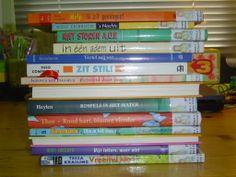 Stapelgedicht maken door verschillende boektitels te stapelen levert verrassende gedichten op. Kinderen kunnen meer dan ze zelf denken.