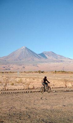 Passeio de bicicleta pelo deserto é uma das opções de turismo independente na região do Atacama, no norte do Chile.   Fotografia: Eduardo Vessoni / UOL.