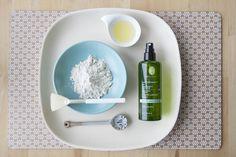 """DIY Detox Körpermaske. Eine Körperpackung kann bei Detox- unt Entschlackungskur unterstützen, denn die Haut ist flächenmäßig unser größtes Entgiftungsorgan. Tonerde hilft den Reinigungsprozess der Haut zu beschleunigen und sie zu klären. Die Körperpackung """"Detox"""" eignet sich besonders für empfindliche Haut. Aber auch bei verstopften Poren, die am Rücken oder den Armen kleine Pickelchen bilden. Die Haut sieht geklärt und geglättet aus."""