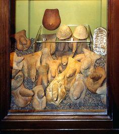 Exvotos anatómicos romanos elaborados en terracota. Encontrados en el santuario sannita de Cales Italia. Siglos IV - II aC.