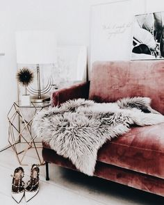 Glamorous, exotic and a touch of retro – the decor with the pink velvet sofa and the golden accents. - Decoration For Home