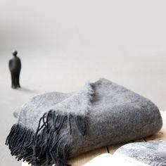 Wolldecke Diana (grau/ schwarz) gibt's bei milchmädchen.design