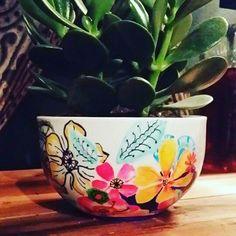 Un cadeau signé À la main #diy #giftidea Planter Pots, Creations, Tableware, Crafts, Diy, Gift, Do It Yourself, Dinnerware, Manualidades