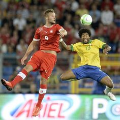 WB15 - BASILEA (SUIZA), 14/8/2013.- El jugador Haris Seferovic (i) de Suiza disputa el balón con Dante (d) de Brasil hoy, miércoles 14 de agosto de 2013, durante su partido amistoso en el  estadio St. Soccer Fans, Basketball Court, World Cup, Breakfast Nook, Basel, Switzerland, Swiss Guard, Football Soccer, World Cup Fixtures