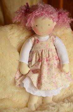 Mimi : sur un body en jersey de coton et jupon en broderie anglaise, charmante robe sans manche en coton fleuri