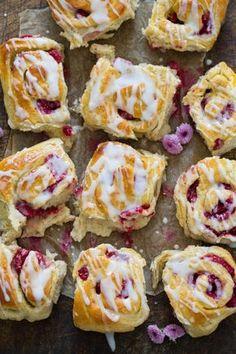 Snurrer med vaniljekrem og bringebær – Ida Gran-Jansen Norwegian Food, Norwegian Recipes, Something Sweet, Baking Tips, Sweet Bread, Delicious Desserts, Cravings, Cake Recipes, Food Porn