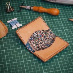 Good idea - fabric interior for leather wallet. Leather Art, Leather Gifts, Leather Bags Handmade, Leather Design, Leather Tooling, Leather Fabric, Crea Cuir, Leather Wallet Pattern, Diy Wallet