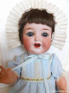 Precioso muñeco antiguo bebé alemán de biscuit, piernas tipo toddler, vestido completo Girls Dresses, Flower Girl Dresses, Antique Dolls, Harajuku, Antiques, Wedding Dresses, Style, Fashion, Costume Dress