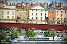La passerelle de Lyon la plus empruntée... La passerelle du palais de justice...