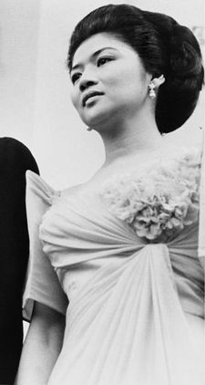 Imelda Marcos in a beautiful Filipiniana Ferdinand, Filipiniana Wedding, Filipino Culture, Asian Hair, Vintage Beauty, Mother Of The Bride, The Beatles, Cool Hairstyles, Hair Styles