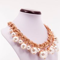 Thalia - Colier statement masiv realizat folosind perle albe de diferite dimensiuni ( de la 1.5 la 2.5 cm) și lanț auriu. Comenzi pe www.boemo.ro