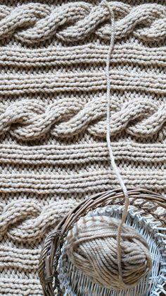 Duży, ciepły pled 180 x 210 z mega grubej włóczki 50% wełna 50% akryl wykonany ręcznie w Siedlisku na Wygonie. Idealny do otulania :) #pled #wełna #wełniany #beżowy #ciepły #narzuta #rękodzieło #manufaktura #nawygonie #drutach #druty #nadrutach #dziany #dziergany #robione #ręcznie #handmade #diy #blanket #cable #stitch #knitting #knitted #beige #scandi #chunky #bulky #wool #madeinpoland