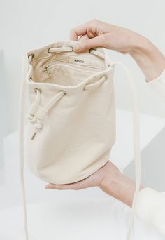 A simple drawstring purse. This canvas bag features a cross body purse strap that can be tied to shorten length. Diy Drawstring Purse, Leather Purses, Leather Handbags, Beautiful Handbags, Beautiful Bags, Duffle Bag Travel, Purse Strap, Cute Bags, Cotton Bag