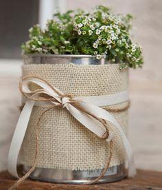 Las latas pueden tener muchos usos diferentes, incluso las mismas pueden ser transformadas en unos lindos floreros o macetas que podemos decorar de cientos