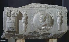 RELIEF / PIAZZA DE LA CONSOLAZIONNE/ 1er s AC/ dalle qui recouvrait un monument élevé par Bocchus, roi de Mauritanie et oncle de Jugurtha, pour représenter la scène où il a livré Jugurtha à Sylla. / représentation de casques, boucliers, panoplies (=triomphes) sur des troncs, femmes ailées et aigles avec le foudre pour représenter la victoire/ marbre gris vient d'Afrique du Nord (Mauritanie)