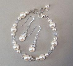 Termina tu look formal con nuestra perla de Swarovski blanco y Mix de pedrería de cristal austriaco Swarovski. Nuestro duo cuenta con uno de los favoritos tradicional de perlas blancas con cristales claros.  La longitud de pulsera: 7-1/2 más enlaces adicionales para ajustes Garra de plata bisutería  Pendiente superior a la inferior longitud: 1-1/2, incluyendo el earwires Plata esterlina earwires
