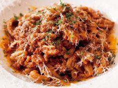 《 新宿 》リッチョリ・フィオル・ボロネーゼ 『OSTERIA Vincero』 イタリア好きの食通を魅了してやまないこの店の魅力は、シェフである齋藤克英氏のイタリア食文化への愛と深い理解にある。 プーリア州レッチェ特有の「リッチョリ」は、大麦を6割も配合したショートパスタ。ざらつきある表面にソースがよく絡み、一体感が出る。同店ではジーナ・エ・ソフィア社製品を使用。奥歯で噛み締めめるように食べ、穀物の味と香りを楽しむのが最も相応しいこれを、牛と豚の挽肉、鶏レバー等で作ったパンチあるボロネーゼで。両雄並び立つ逸品だ。