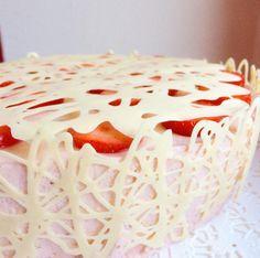 Tämän kauniin pitsikakun ohje on mukaelma Ulla Svenskin Puolukkaisesta pitsikakusta. Ullan ohjeessa pohja tehdään digestive-kekseistä ja täytteeseen tulee puolukkaa, kun itse taas tykkään käyttää p…