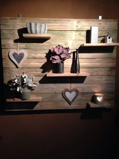 The decorations are girly, but I love the pallet idea for C's room!