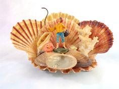 Vintage sculpture en coquillage, souvenir de bord de mer, vacances, pêcheur à la ligne.