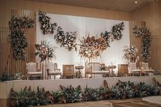 Wedding Decorations Earthy Tone- Dekorasi Pernikahan Nuansa Earthy Tone Wow, this beautiful indoor decoration concept! The use of white panels with dried flower and leaf elements makes the overall dec Wedding Backdrop Design, Wedding Stage Design, Rustic Wedding Backdrops, Wedding Reception Backdrop, Indoor Wedding Decorations, Wedding Stage Decorations, Backdrop Decorations, Romantic Decorations, Pelaminan Modern