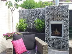 Small terrace with chimney in gabion filled with crushed stone gray Small Terrace, Terrace Garden, Pierre Decorative, Gabion Wall, Crushed Stone, Garden Features, Outdoor Furniture Sets, Outdoor Decor, Garden Gates