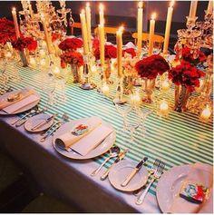 El color rojo de las rosas y el turquesa hacen la combinación perfecta bajo la luz de las velas. Esta decoración de mesas es ideal para casamientos tanto en otoño-invierno como en primavera-verano, no es perfecta?