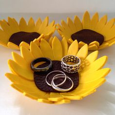 Polymer clay sunflower ring holder / trinket dish by ClayByMari #sunflower #polymerclay #ringholder #trinketdish #claybymari