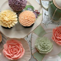 These flower cupcakes are perfect for bridal shower centerpieces. Yum!