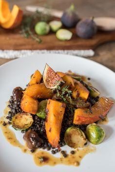 vegetarisches Rezept für herbtliches Gemüse mit Rosenkohl und Kürbis und Linsen in Orangen Whiskey Sauce mit Feigen