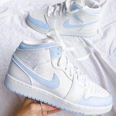 Dr Shoes, Hype Shoes, Nick Shoes, Jordan Shoes Girls, Girls Shoes, Cute Shoes For Teens, Nike Shoes Air Force, White Nike Shoes, Cool Nike Shoes