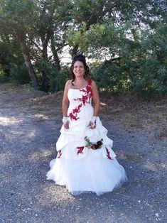 Robe de mariée princesse ivoire et dentelle rouge de chez Mariage en Rose, mariage du 25 juillet 2020.