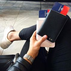 Where did you wake up today? ✈️ @lukasscepanik7 shows us his black and pink passport holder on his way up in the air ☀️☁️ #deriwe