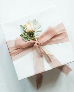 Caixa branca com flores Memento & Muse - - Hochzeitsgeschenk - Presentes Elegant Gift Wrapping, Wedding Gift Wrapping, Creative Gift Wrapping, Wrapping Ideas, Christmas Gift Wrapping, Creative Gifts, Wedding Gifts, Bridesmaid Proposal Box, Bridesmaid Gifts