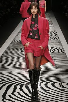 Shiatzy Chen RTW Fall 2014 - Slideshow - Runway, Fashion Week, Fashion Shows, Reviews and Fashion Images - WWD.com