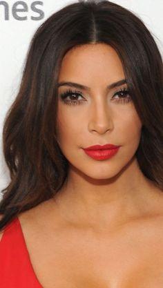 Batom nude ou vermelho: qual deles fica melhor na pele morena de Kim Kardashian?