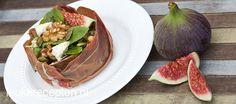 Smaakvolle herfstsalade met walnoot, vijgen en blauwe kaas geserveerd in een bakje van parmaham