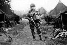 """Le lieutenant Gene H. Williams du 3rd Battalion photograhié dans le camp de Nottingham en Angleterre. Le 6 juin, il saute avec les """"Pathfinders"""" (éclaireurs) du bataillon. Il est mort à l'âge de 20 ans le 20 juin 1944, près de Pretot. Il laisse une veuve et deux jumeaux qui sont nés le 8 juin 1944 qu'il n'a jamais connu."""