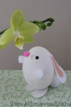 Aren't these animal Easter eggs so darling? This is a great craft for both kids and adults. So if you're looking for a fun family craft idea for Easter, try this one out! Spring Crafts, Holiday Crafts, Hand Crafts For Kids, Easter Flower Arrangements, Easter Egg Designs, Diy Easter Decorations, Diy Ostern, Easter Crafts For Kids, Egg Decorating