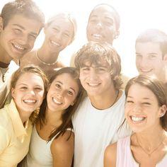 adolescentes-chicos-sol-feliz-grupo