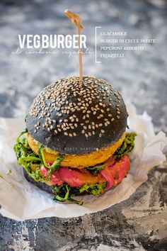 Charcoal burger with chickpea and papate burger, roasted peppers, broccoli and guacamole Hamburgers, Veggie Recipes, Real Food Recipes, Big Mac Salat, Burger Menu, Cocina Natural, Panini Sandwiches, Black Food, Catering Food