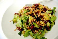 Auch bei Laura ist auf dem Teller schon farblich der Frühling eingezogen: Eblysalat mit Kidneybohnen, getrockneten Tomaten, grünem Salat und Walnüssen. http://athmango.blogspot.de/2013/01/vegan-wednesday-25.html